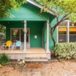 บ้านท้ายสวนโทนสีเขียว ตกแต่งด้วยงานไม้แบบคอทเทจ พร้อมการตกแต่งภายในแบบเรียบง่าย รองรับครอบครัวขนาดกลาง