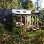 บ้านตากอากาศขนาดเล็ก 1 ห้องนอน 1 ห้องน้ำภายใน ตกแต่งเรียบง่าย ไอเดียที่เหมาะกับบ้านสวน ตามเชิงเขา