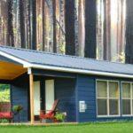 บ้านกระท่อมท้ายสวน โทนสีน้ำเงิน หลังคาทรงจั่ว 1 ห้องนอน 1 ห้องน้ำ ตกแต่งภายในด้วยงานไม้