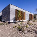 บ้านชั้นเดียว สไตล์โมเดิร์น ออกแบบด้วยปูนเปลือยและงานไม้ บรรยากาศแบบบ้านตากอากาศ