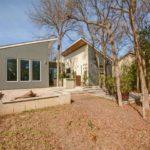 บ้านโมเดิร์นหลังคาปีกนก โทนสีเทา สะท้อนงานออกแบบบ้านพักอาศัยสมัยใหม่