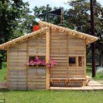 บ้านกระท่อมหลังเล็กๆ ประยุกต์สร้างจากไม้พาเลท ไอเดียที่เหมาะกับบ้านสวน ร้านกาแฟสไตล์ชิคๆ