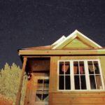 บ้านกระท่อมหลังเล็กๆ ออกแบบให้เป็นบ้านสวน บ้านพักชั่วคราว ตกแต่งด้วยงานไม้ทั้งหลัง พร้อมห้องนอนแบบชั้นลอยในตัว