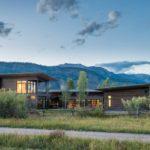 บ้านตากอากาศบนเนินเขา ออกแบบในสไตล์โมเดิร์น หลังครทรงเพิงฯ ไอเดียที่รอการนำไปปรับใช้ในแบบของคุณ