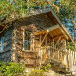 บ้านกระท่อมขนาดเล็ก ตกแต่งด้วยงานไม้ สลับสีสวยงาม 1 ห้องนอน 1 ห้องน้ำ