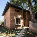 บ้านโมเดิร์นรูปทรงกล่อง ตกแต่งด้วยอิฐ โทนสีอบอุ่น ไอเดียที่เหมาะกับบ้านตากอากาศ