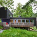 บ้านตากอากาศ สไตล์โมเดิร์น โทนสีดำที่ตกแต่งจากงานไม้ ผสมผสานให้เข้ากับบรรยากาศตามชายป่า