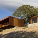 บ้านตากอากาศ รูปทรงกล่อง ตกแต่งด้วยงานไม้ และดีไซน์ให้โปร่งโล่ง รับลมพร้อมบรรยากาศบนเนินเขา