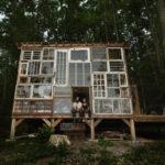 บ้านไม้สไตล์เคบิน ประยุกต์ใช้หน้าต่างเก่าเข้ามาตกแต่ง 1 ห้องนอนแบบสตูดิโอ 1 ห้องน้ำในตัว
