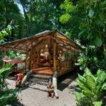 บ้านไม้รีสอร์ทแสนโปร่งโล่ง บรรยากาศร่มรื่นย์ใกล้ชิดธรรมชาติ ก่อสร้างด้วยวัสดุเรียบง่ายจากท้องถิ่น