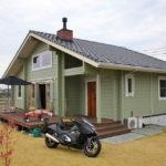 บ้านไม้ทรงคอทเทจ โทนสีเขียวอ่อนโยนเย็นตา ภายในหลังคาสูงโปร่งอยู่สบาย