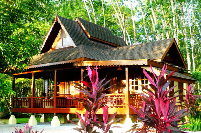 malay-traditional-house-with-airy-patio-1