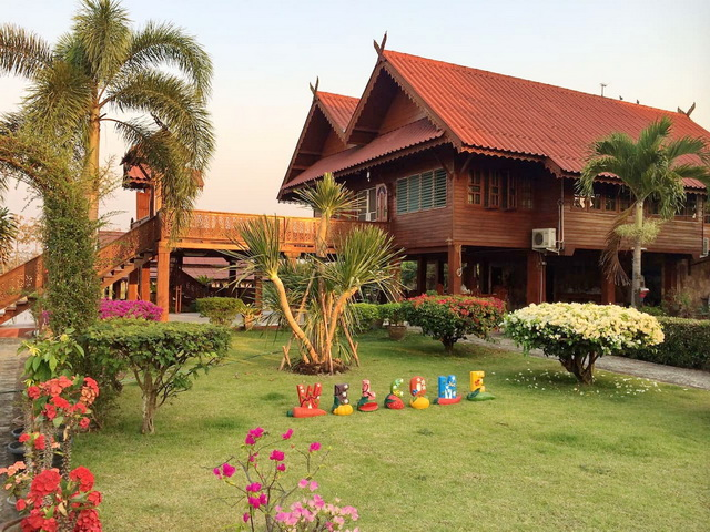 thai oriental wooden house with floating pavilion (1)