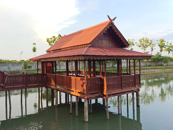 thai-oriental-wooden-house-with-floating-pavilion-5