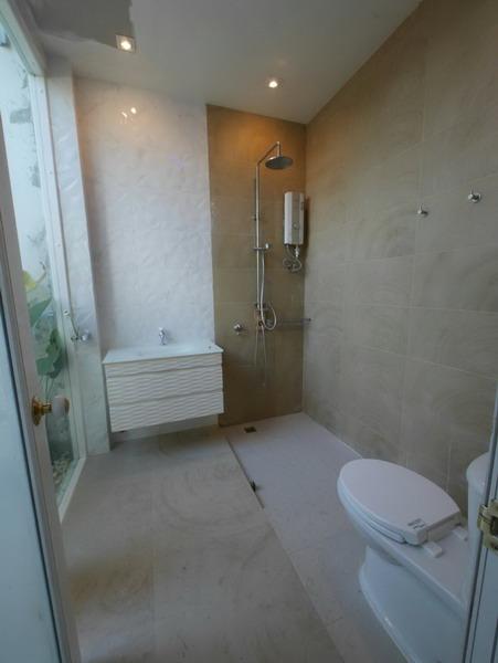 white resort bathroom renovation (5)