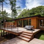 บ้านรีสอร์ทสไตล์โมเดิร์น สวยเด่นด้วยระเบียงกว้าง เพื่อการพักผ่อนที่อิงแอบกับธรรมชาติ