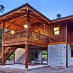 บ้านไม้สองชั้นสไตล์รีสอร์ท มีใต้ถุนเอนกประสงค์ ออกแบบเพื่อการพักผ่อน ตกแต่งอย่างเรียบง่ายและเป็นธรรมชาติ