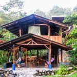 บ้านไม้สองชั้นแบบเรียบง่าย ดีไซน์โปร่งโล่งเพื่อการพักผ่อน รับลมเย็นได้จากทุกทิศ