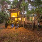 บ้านไม้สไตล์เคบิน บรรยากาศแบบบ้านสวน ตกแต่งอบอุ่นด้วยงานไม้ ทั้งภายในและภายนอก