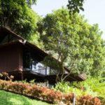 บ้านกระท่อมหลังเล็ก วัสดุจากไม้ทั้งหลัง ดีไซน์ยกพื้นสูง พร้อมเฉลียงขนาดใหญ่ อัดแน่นด้วยธรรมชาติบนเนินเขา