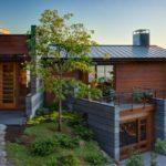 บ้านตากอากาศบนเนินเขา มาพร้อมดีไซน์ทันสมัย ผสมวัสดุหลากหลาย รองรับการพักผ่อนที่แนบชิดธรรมชาติ