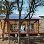 บ้านสวนสไตล์เคบิน ออกแบบโปร่งโล่ง พร้อมวัสดุจากไม้ หิน และแผ่นสังกะสี