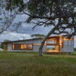 บ้านตากอากาศ หลังคาเพิงฯ ตกแต่งด้วยเมทัลชีท ไม้ ดีไซน์ภายในสวยหรู พร้อมชั้นลอยรองรับการใช้งาน