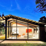 บ้านตากอากาศ ดีไซน์โมเดิร์น งานคอนกรีต ไม้ กระจก โปร่งโล่ง ตกแต่งภายในโดดเด่นด้วยเส้นสาย และสีสัน