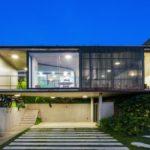 บ้านบนเนินเขา ออกแบบสองชั้น รูปทรงสมัยใหม่ พร้อมงานโชว์โครงสร้างปูนเปลือย