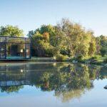 บ้านตากอากาศริมแม่น้ำ ดีไซน์โมเดิร์นเคบิน 1 ห้องนอนแบบสตูดิโอ 1 ห้องน้ำในตัว