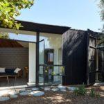 บ้านตากอากาศ ดีไซน์ชั้นเดียว ไว้ในสวนป่า ตกแต่งโทนสีดำ พร้อมงานกระจกเพิ่มเติม