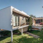 บ้านตากอากาศยกพื้นสูง สไตล์โมเดิร์น รูปทรงกล่อง ตกแต่งด้วยคอนกรีต อิฐโชว์แนว และกระจก