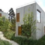 บ้านปูนเปลือยสไตล์ลอฟท์ รูปทรงกล่อง ตั้งโดดเด่นบนเนินเขา ไอเดียที่เหมาะกับการสร้างเป็นรีสอร์ท บ้านตากอากาศ