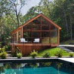 บ้านตากอากาศชั้นครึ่ง ออกแบบในสไตล์โมเดิร์น วัสดุตกแต่งด้วยงานไม้ พร้อมสระว่ายน้ำแบบบ้านวิลล่า