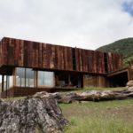 บ้านตากอากาศ รูปทรงกล่อง ดีไซน์ให้มีความโปร่งเบา วัสดุตกแต่งจากไม้และกระจก