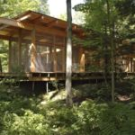 บ้านไม้สไตล์เคบิน หลังคาเพิงฯ โครงสร้างไม้ ดีไซน์โปร่งโล่ง พร้อมงานกระจก