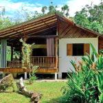 บ้านยกพื้นสูงโครงสร้างกึ่งปูนกึ่งไม้ เรียบง่าย พอเพียง มีระเบียงกว้างไว้นั่งชิลล์