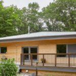 บ้านตากอากาศสไตล์คอทเทจ 2 ห้องนอนภายใน พร้อมไอเดียบิวท์อินด้วยงานไม้แบบมินิมอล