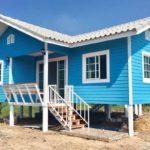 แบบบ้านกระท่อมยกพื้น 2 ห้องนอน โทนสีฟ้าสดใส มีเฉลียงพักใจทั้งหน้าและหลังบ้าน