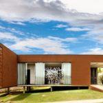 บ้านตากอากาศ ดีไซน์แบบกล่อง โปร่งโล่งด้วยบล็อกคอนกรีตรู นำแสงธรรมชาติเข้าสู่ในบ้าน