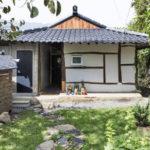 บ้านเดี่ยวร่วมสมัย รีโนเวทใหม่ ให้อารมณ์แบบสไตล์ญี่ปุ่น ผสมงานไม้ ท่ามกลางเนินเขา