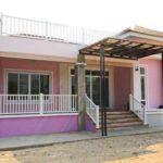 บ้านโมเดิร์นทรอปิคอลสีชมพู ตกแต่งทันสมัย รายละเอียดดี มีดาดฟ้าชมวิว 360 องศา