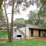 บ้านชั้นเดี่ยวกลางป่า ออกแบบในสไตล์โมเดิร์นลอฟท์ ปูนเปลือย และงานไม้ 3 ห้องนอน 2 ห้องน้ำ