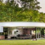 บ้านสวนสไตล์โมเดิร์น ดีไซน์โค้งมน ผสมงานไม้เข้ากับกระจก 1 ห้องนอน 1 ห้องน้ำแบบบ้านตากอากาศ