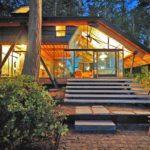 บ้านตากอากาศ โครงสร้างเหล็ก ยกพื้นสูง ตกแต่งด้วยงานไม้ กระจก ท่ามกลางเนินเขา ริมแม่น้ำ