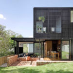 บ้านโมเดิร์นโทนสีดำ ดีไซน์ทันสมัย ผสมงานไม้เข้ากับงานเหล็ก พร้อมบรรยากาศบนเนินเขา