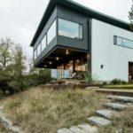 บ้านสองชั้นทูโทน ดีไซน์โมเดิร์น ผสมงานเหล็กและกระจก โดดเด่นบนเนินเขา รายล้อมด้วยธรรมชาติ