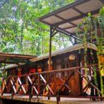 บ้านไม้ยกพื้นมีระเบียงโปร่ง 2 ห้องนอน รายล้อมไปด้วยป่าไม้ กลิ่นอายดั้งเดิมมีเสน่ห์