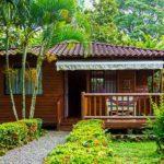 กระท่อมไม้หลังเล็กมีระเบียงพักผ่อน บรรยากาศในสวน เหมาะสำหรับคนโสดหรือคู่รัก
