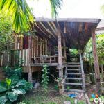 บ้านไม้สไตล์ไทยโบราณ โครงสร้างยกพื้นแบบดั้งเดิม เติมความสดชื่นด้วยสวนป่า